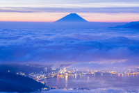 高ボッチ高原より雲海の街灯りと富士山