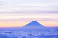 高ボッチ高原より雲海と朝焼けの富士山 10685003938| 写真素材・ストックフォト・画像・イラスト素材|アマナイメージズ