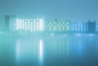 霧の中の高層アパート