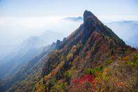 秋の石鎚山天狗岳と霧の山並み