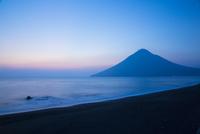 夕暮れ時の川尻海岸と開聞岳