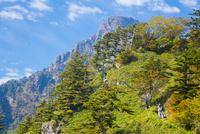 登山客と秋の石鎚山天狗岳