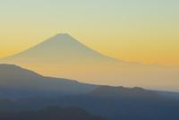 八ヶ岳牧場より朝焼けの富士山