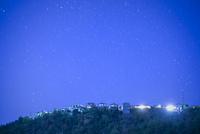 団地の住宅と満天の星