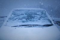 雪で凍ったフロントガラス