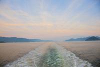 黄昏時の瀬戸内海とフェリー航跡