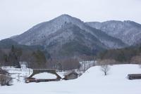 冬の農村と深入山