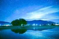 田植えの田園風景と満天の星
