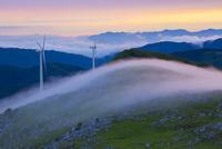 四国カルストと霧の山並み夕景