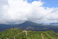 バリ島キンタマーニ高原のバトゥール山とバトゥール湖 10685004848| 写真素材・ストックフォト・画像・イラスト素材|アマナイメージズ