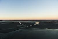 モンサンミッシェル 周りの干潟と暮れる空 10686000307| 写真素材・ストックフォト・画像・イラスト素材|アマナイメージズ