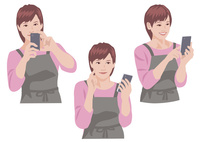 スマートフォンで写真を撮り、保存確認をするの主婦