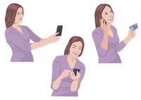 スマートフォンで写真を撮る、メールを送る、カードで買い物をする女性