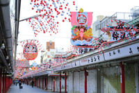 浅草寺の仲見世通り 10696002176  写真素材・ストックフォト・画像・イラスト素材 アマナイメージズ