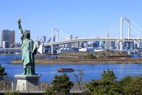 レインボーブリッジと自由の女神像 10696002429  写真素材・ストックフォト・画像・イラスト素材 アマナイメージズ