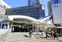 ゆりかもめ新橋駅 10696002432| 写真素材・ストックフォト・画像・イラスト素材|アマナイメージズ