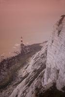 夕方のビーチィーヘッドの白い崖と灯台