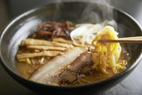 味噌とんこつラーメン 10724001432| 写真素材・ストックフォト・画像・イラスト素材|アマナイメージズ