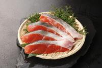 生時鮭の切り身 10724004354| 写真素材・ストックフォト・画像・イラスト素材|アマナイメージズ
