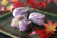 紫芋大福 10724007215| 写真素材・ストックフォト・画像・イラスト素材|アマナイメージズ