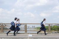 橋の上を走る中学生 10726001213| 写真素材・ストックフォト・画像・イラスト素材|アマナイメージズ
