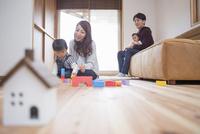 リビングでくつろぐ家族 10726001301| 写真素材・ストックフォト・画像・イラスト素材|アマナイメージズ