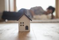 子供の世話をする父親と家の模型 10726001409| 写真素材・ストックフォト・画像・イラスト素材|アマナイメージズ