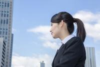オフィス街に立つスーツの女性 10726001726| 写真素材・ストックフォト・画像・イラスト素材|アマナイメージズ