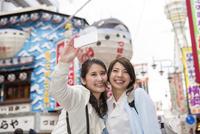 新世界を観光する二人の女性 10726001907| 写真素材・ストックフォト・画像・イラスト素材|アマナイメージズ
