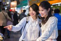 黒門市場を観光する二人の女性 10726001969| 写真素材・ストックフォト・画像・イラスト素材|アマナイメージズ