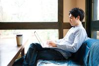 カフェでパソコンを使う男性 10726002058| 写真素材・ストックフォト・画像・イラスト素材|アマナイメージズ