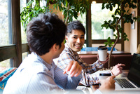 カフェで話をする男性たち 10726002099| 写真素材・ストックフォト・画像・イラスト素材|アマナイメージズ