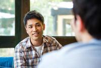 カフェで話をする男女 10726002182| 写真素材・ストックフォト・画像・イラスト素材|アマナイメージズ