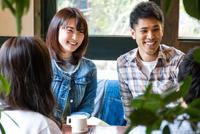 カフェで話をする男女 10726002190| 写真素材・ストックフォト・画像・イラスト素材|アマナイメージズ
