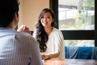 カフェで話をする男女 10726002416| 写真素材・ストックフォト・画像・イラスト素材|アマナイメージズ