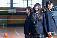 体育館で輪になる女子中学生 10726002771| 写真素材・ストックフォト・画像・イラスト素材|アマナイメージズ