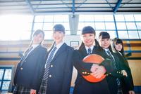 体育館で並んで立つ女子中学生 10726002844| 写真素材・ストックフォト・画像・イラスト素材|アマナイメージズ