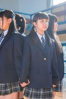 体育館で並んで立つ女子中学生 10726002858| 写真素材・ストックフォト・画像・イラスト素材|アマナイメージズ