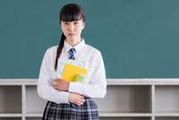 教室で佇む女子中学生 10726002919| 写真素材・ストックフォト・画像・イラスト素材|アマナイメージズ