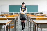教室でノートを抱える女子中学生 10726002976| 写真素材・ストックフォト・画像・イラスト素材|アマナイメージズ