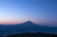 未明の富士山 10729002622| 写真素材・ストックフォト・画像・イラスト素材|アマナイメージズ