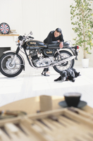 室内でバイクを眺める男性