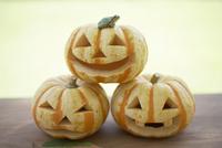 ハロウィーンのかぼちゃに乗ったカエル