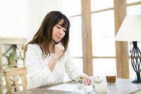 机で勉強する若い女性