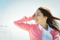 屋外の若い女性 ヘアケアイメージ