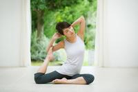 ヨガをする女性 10736002963| 写真素材・ストックフォト・画像・イラスト素材|アマナイメージズ