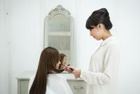 美容師と髪の長いお客