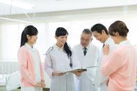 会議中の男女医療スタッフ