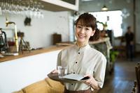 カフェで働く女性店員 10736003045| 写真素材・ストックフォト・画像・イラスト素材|アマナイメージズ
