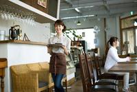 カフェで働く女性店員 10736003047| 写真素材・ストックフォト・画像・イラスト素材|アマナイメージズ